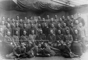 Группа офицеров с великим князем Борисом Владимировичем (сидит в первом ряду в центре), походным атаманом ставки, бывшим командиром Атаманского полка.