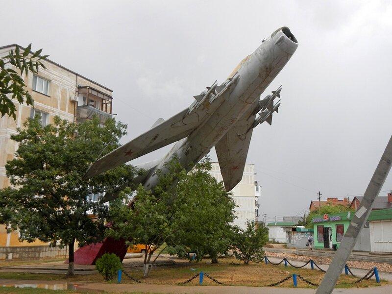 Памятник самолету МиГ-19ПМ в Любимовке