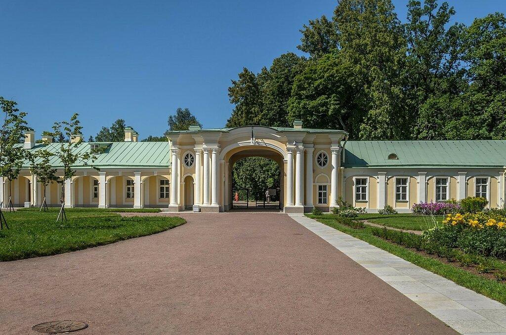 1280px-Menshikovsky_Palace_in_Oranienbaum_04.jpg