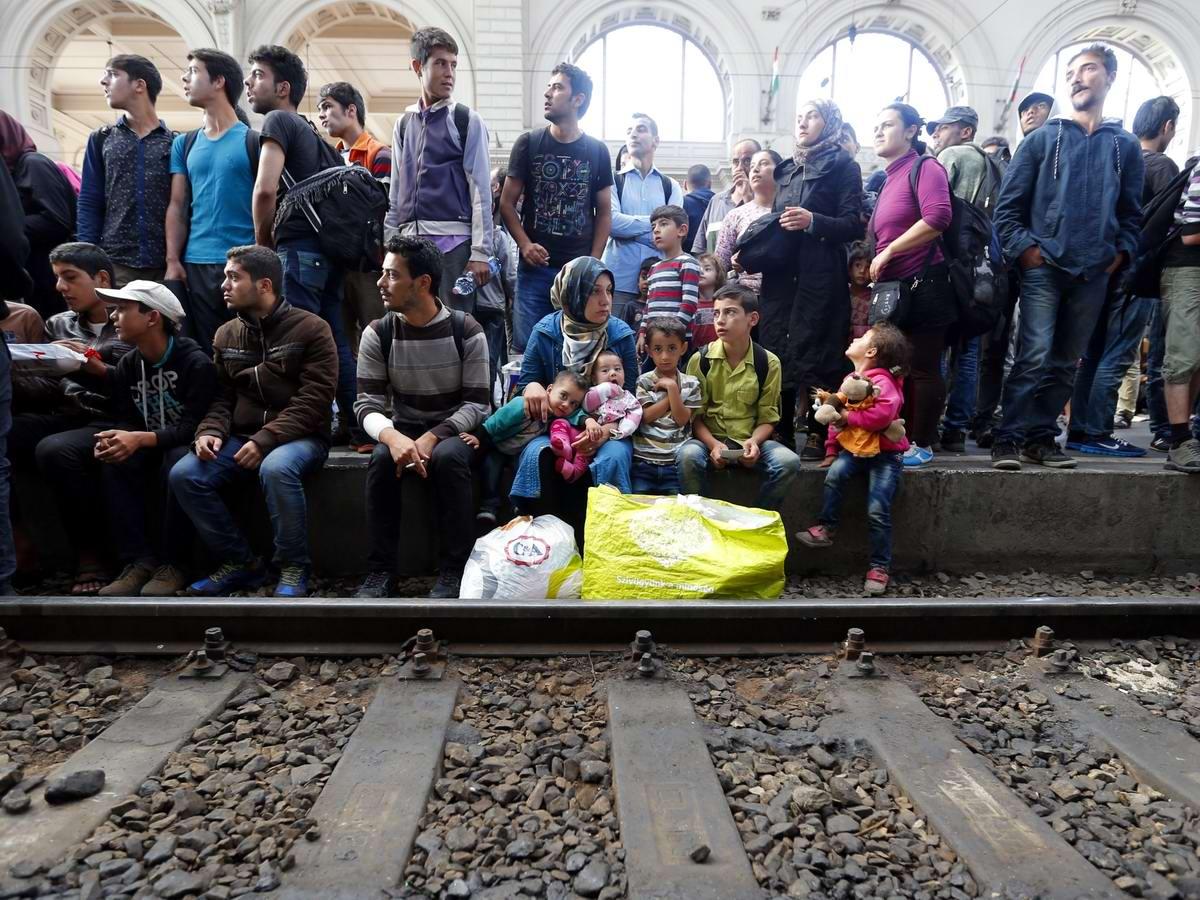 Штурм Будапешта: Мигранты с Ближнего Востока на ж/д вокзал венгерской столицы (12)