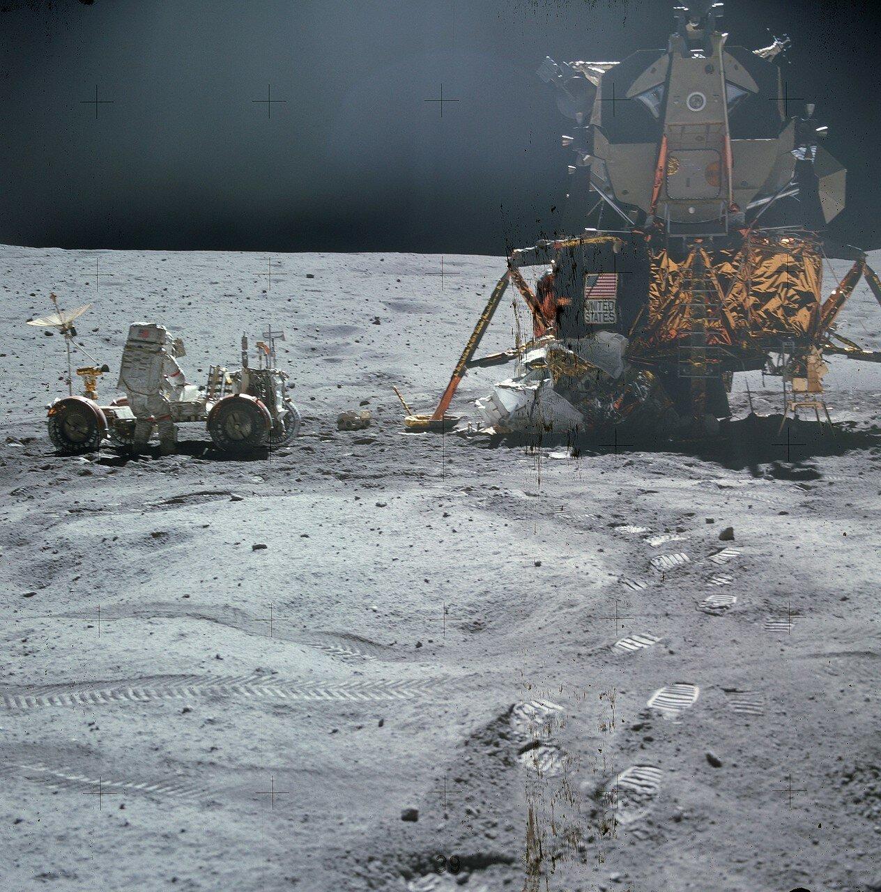 Перед началом поездки Янг установил все переключатели на панели управления «Ровера» в нормальное штатное положение На снимке: Джон Янг у «Ровера» перед поездкой к кратеру Северный Луч