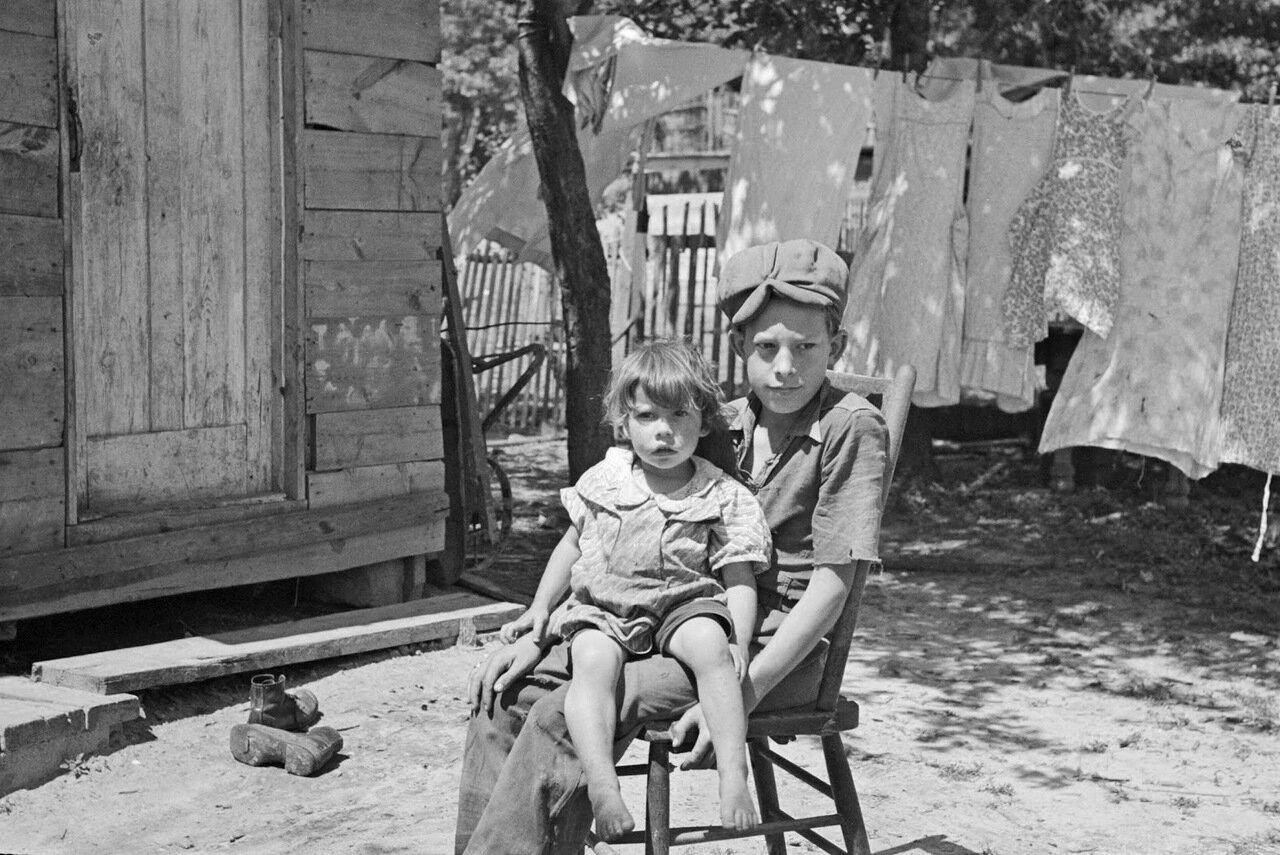 Дети Алонзо Хита, фермера из Блэк Ривер Фоллс, Висконсин, 1937