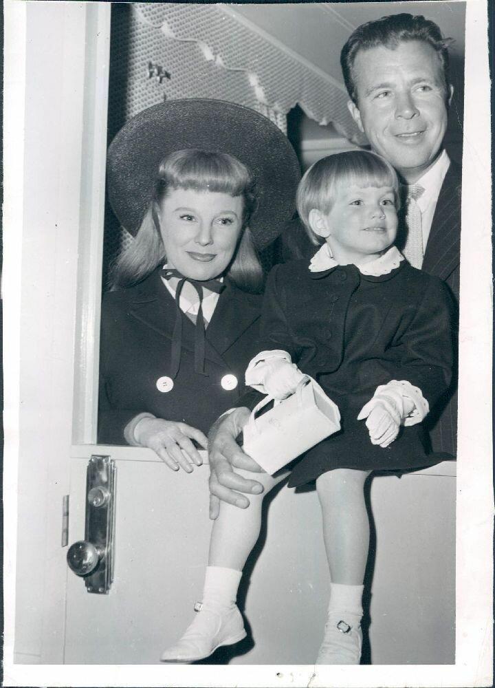 1951. Актерская пара Дик Пауэлл и Джун Эллисон с дочерью