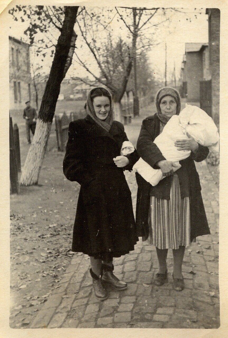1953. Несут из заводской больницы