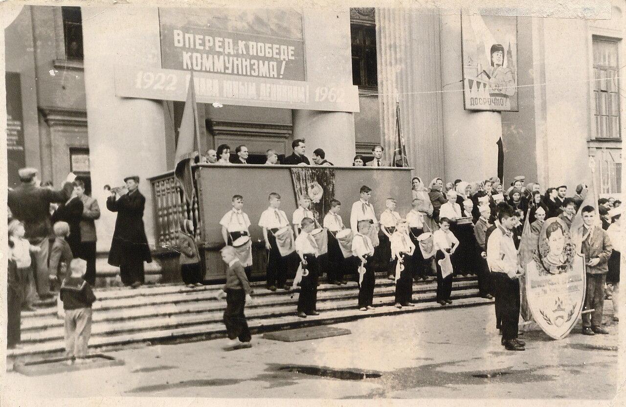1962. На пороге ДК им. Чернышевского