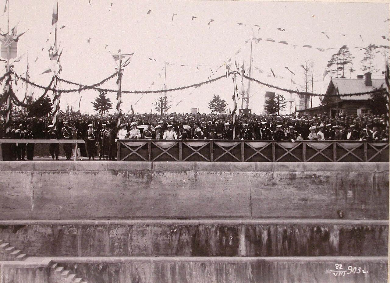 Члены императорской фамилии за осмотром дока императрицы Марии во время визита в порт императора Александра III