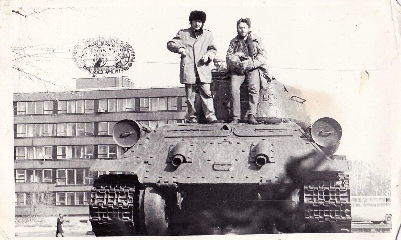 1993. Иркутск. с Олегом «Суром» Сурусиным («Флирт»). Мы сядем на таки и поедем воевать...