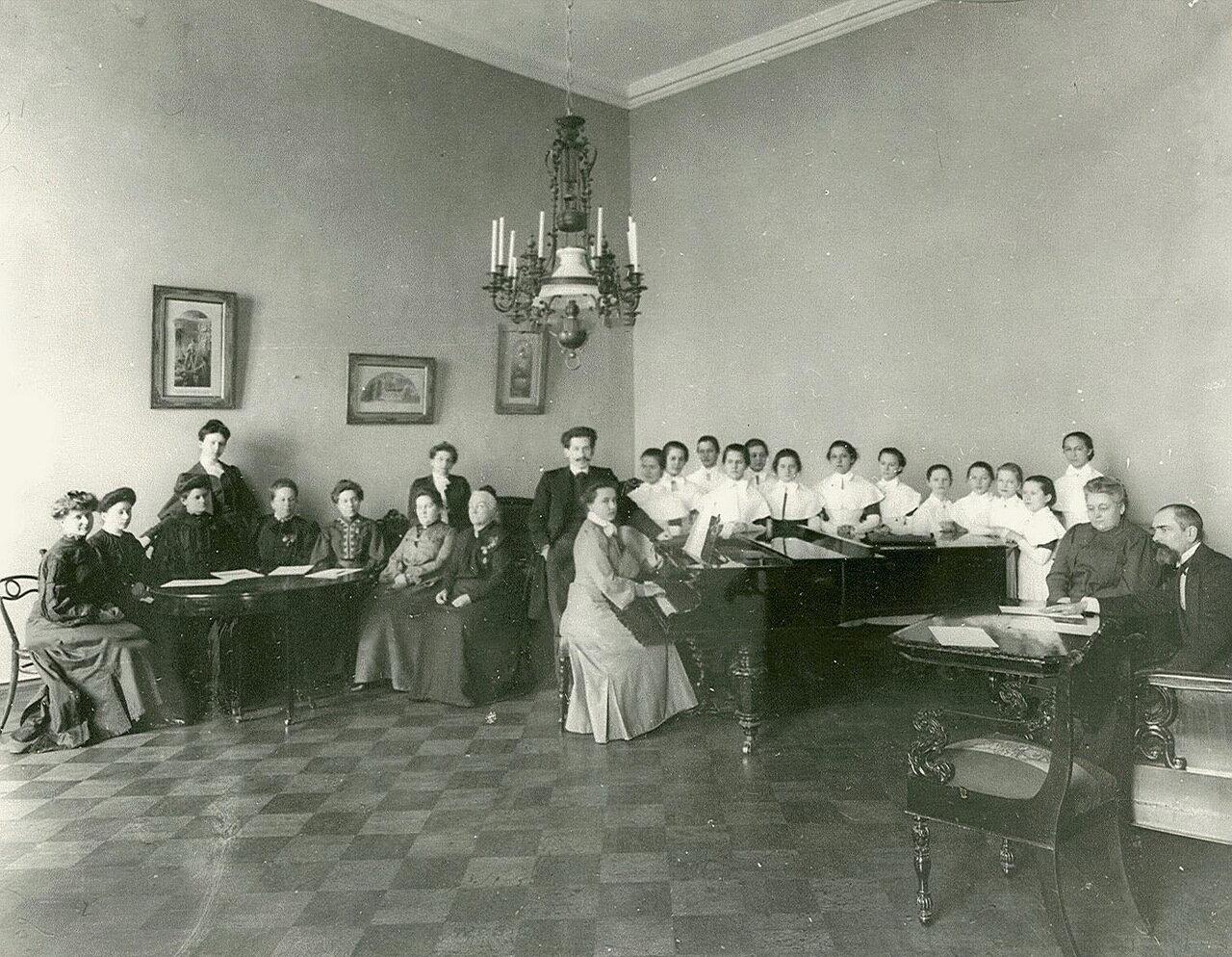 44. Младшая группа на экзамене по классу вокала в Смольном институте