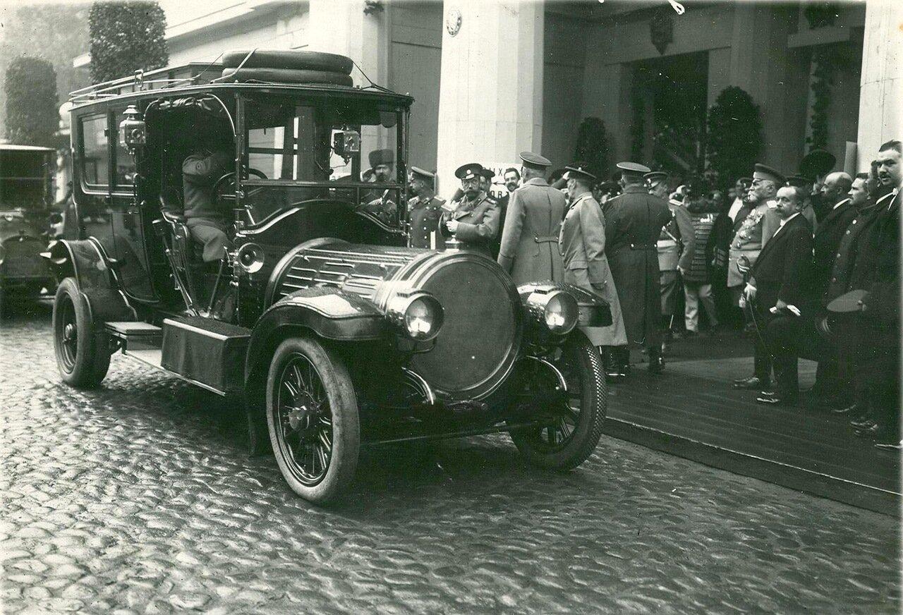 24. Император Николай II и сопровождающие его лица у выхода с выставки