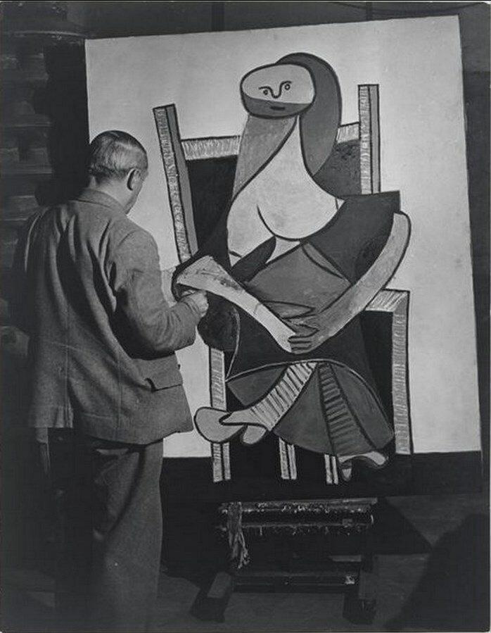 1939. Пикассо созерцает «Сидящую женщину» в своей мастерской на улице Великих Августинцев