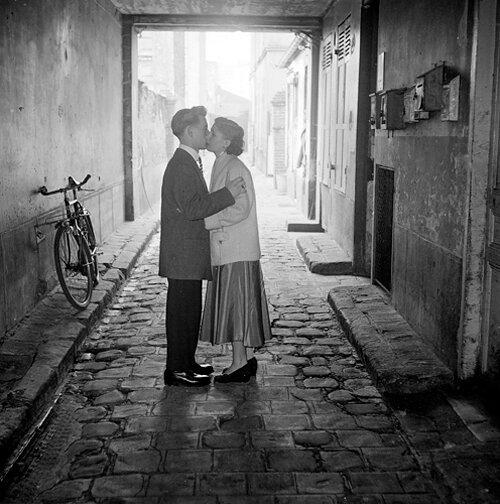 1396-amoureux-paris-1955.jpg1396- amoureux ˆ Paris dans une impasse - 1965©Gerald Bloncourt