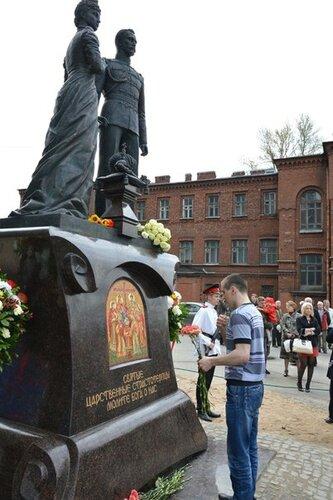 В Петербурге открыли памятник Николаю II и его супруге