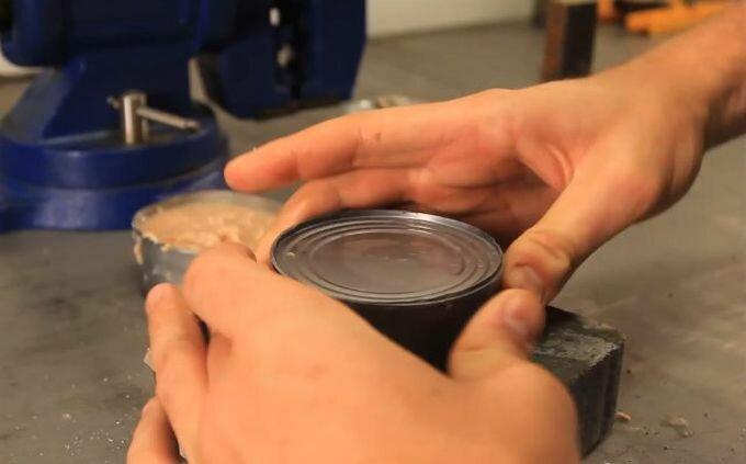 Как открыть консервы без консервного ножа (видео)