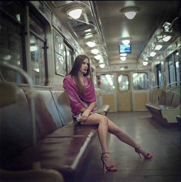 Фотография красивой девушки в метро фото 531-995