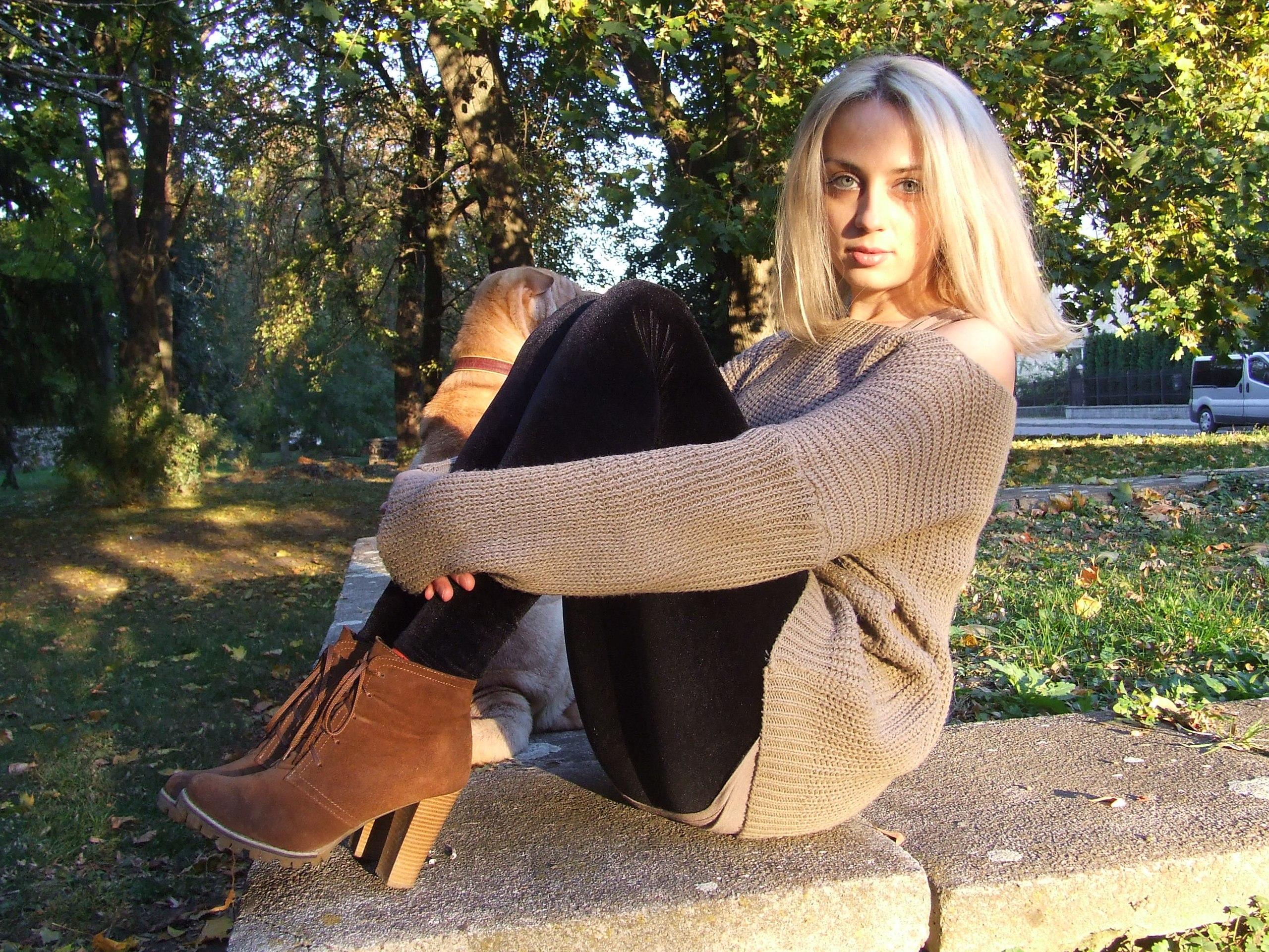 Красотка в темных джинсах и замшевых ботинках