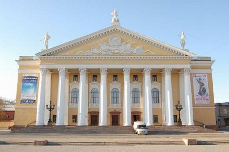 Фасад здания оперного театра (07.11.2013)