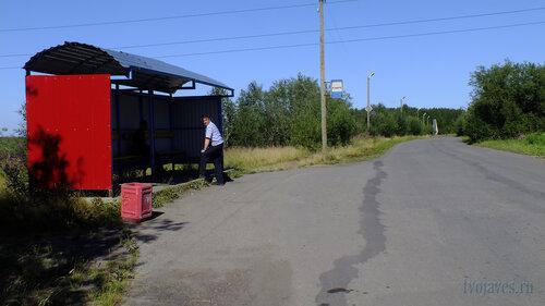 Фотография Инты №5575  Автобусная остановка в сторону города, расположенная чуть восточнее школы №2 06.08.2013_14:01