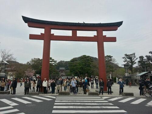 Дорога к храму тянется от побережья, здесь видна только небольшая ее часть, поэтому ворота Тори встречаются на ней несколько раз