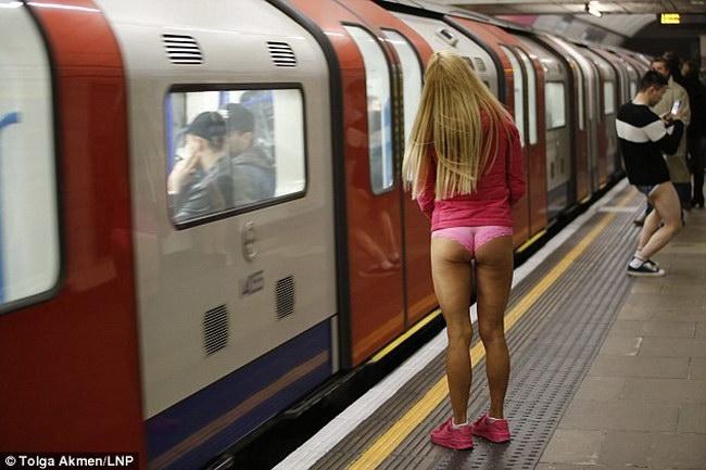Сотни лондонцев отправились в метро в одном нижнем белье, чтобы принять участие во всемирной акции