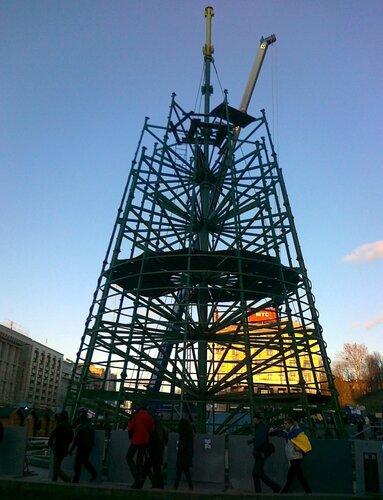 Монтаж главной елки Киева 27 ноября