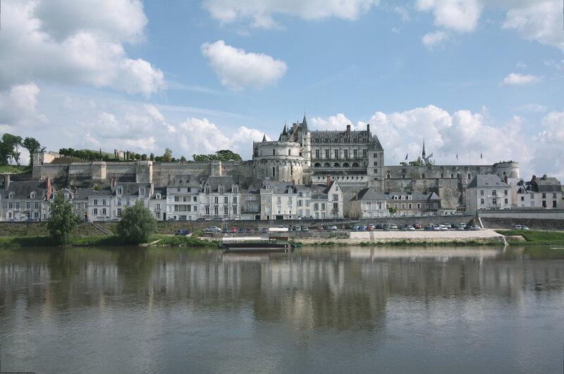 вид на замок Амбуаз со стороны Луары