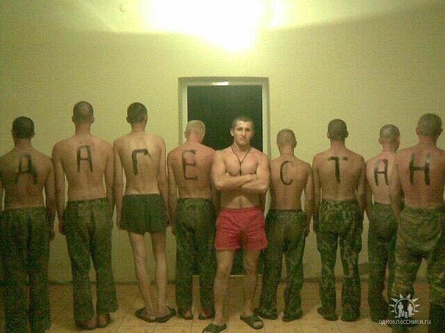 Военные парни занимаются групповым сексом геев