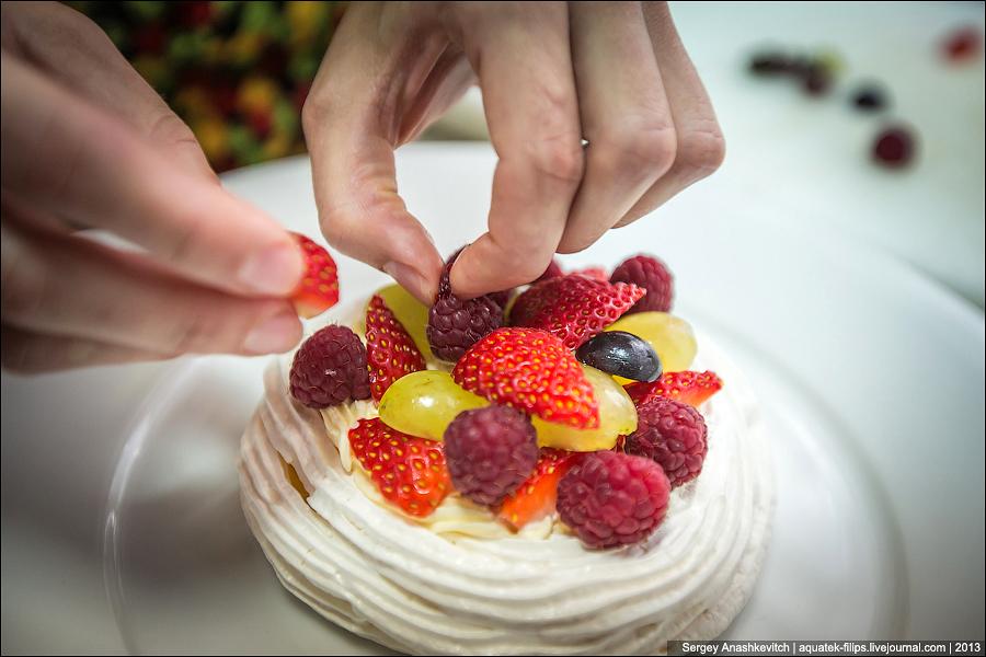 Женские руки и десерты
