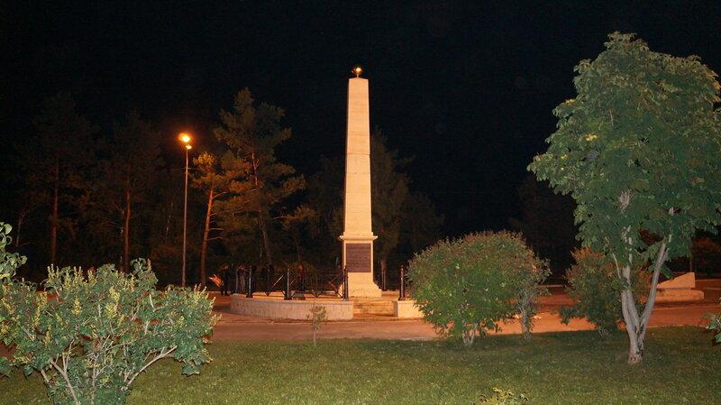 Памятник-стелу императору Александру I (Благословенному).