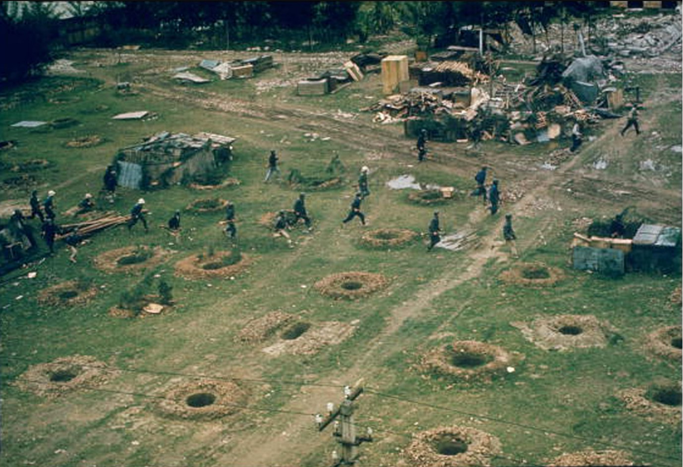 Вооруженные и одетые в форму ополченцы выходят из наземных убежищ на оборонительные позиции
