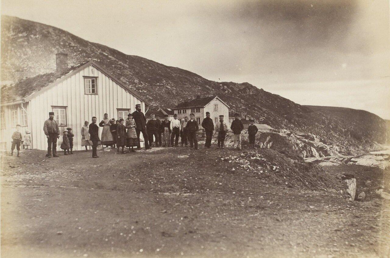 Русские обитатели Новой Земли возле своих домов