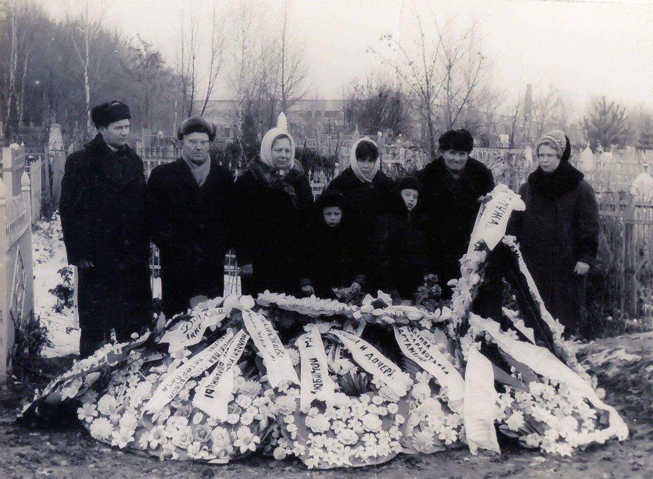 могила Анны Юльевны на главном городском кладбище Брянска, декабрь 1968-го.