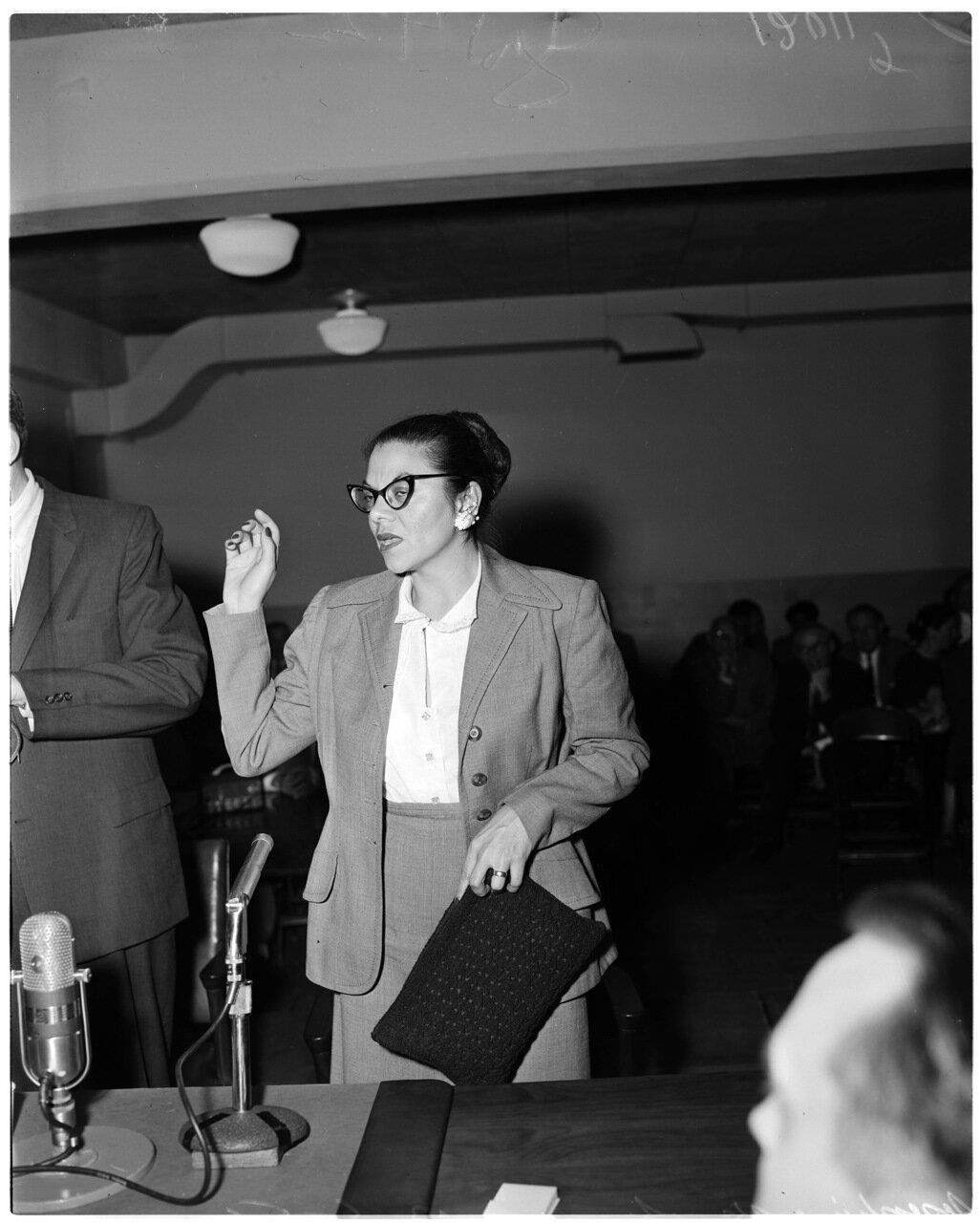 1956. 6 декабря. Комиссия по расследованию антиамериканской деятельности. г-жа Анита Шнайдер указывает на адвоката Джона Портера как на скрытого коммуниста