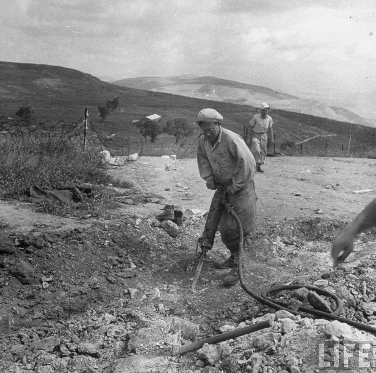 1948. Рытье траншей на растоянии одной мили от границы с Ливаном