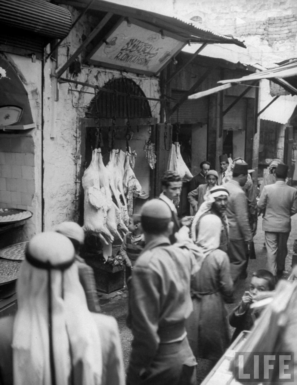1948. Хлеб и мясо продаются на открытом воздухе на улице в старой части Иерусалима