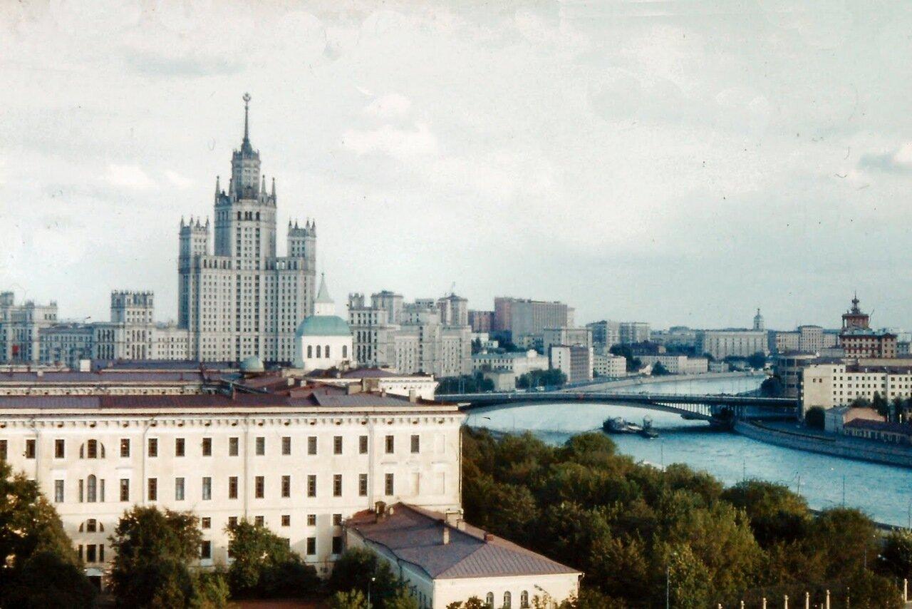 à MOSCOU- Le building des Affaires Etrangères. Le ministère existe depuis 1991. Il occupe un bâtiment construit en 1953 qui fait partie du groupe des gratte-ciels staliniens connus sous le nom de « Sept Sœurs ». Il est la troisième sœur et il mesure 172 m