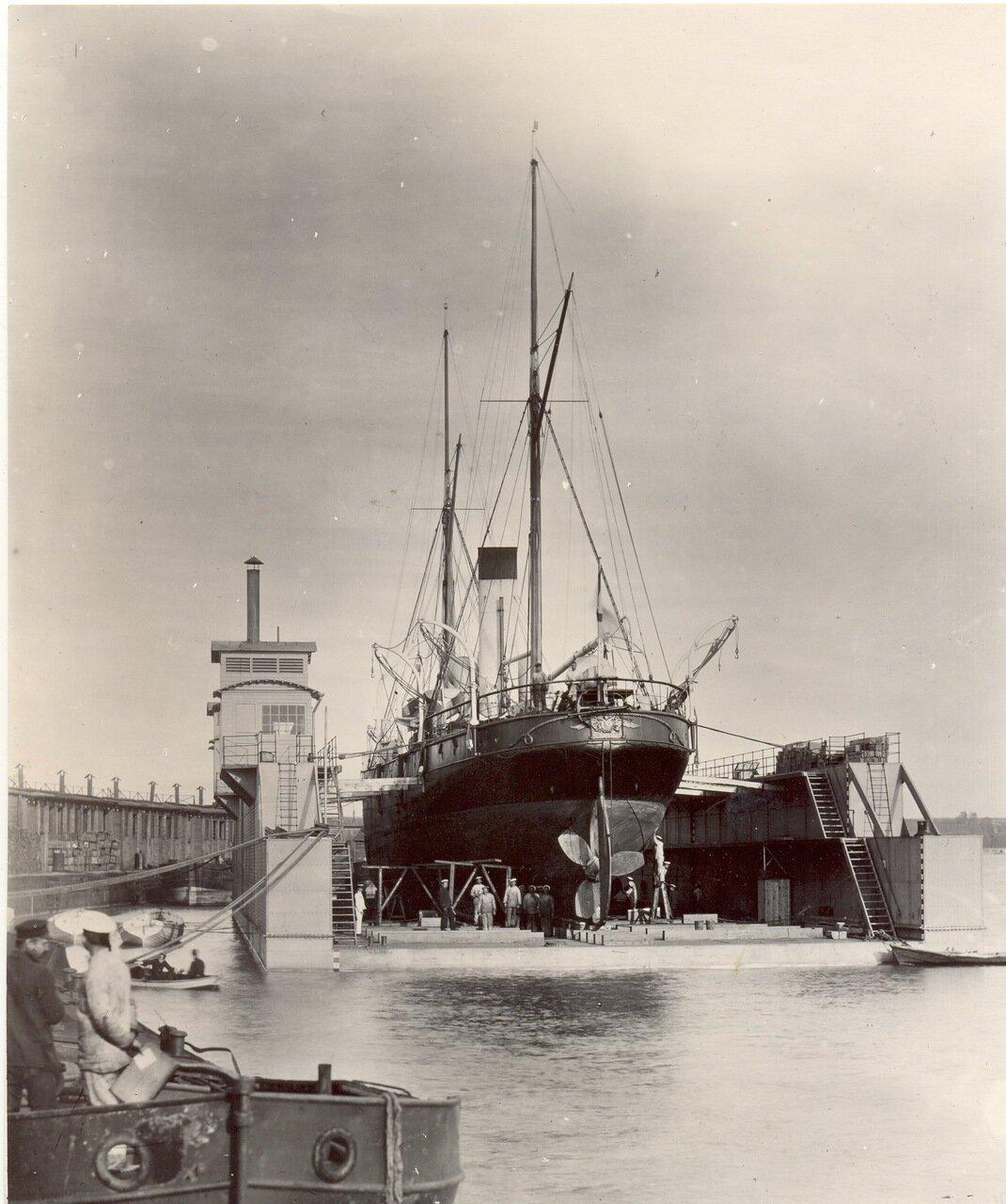 Транспорт «Самоед» в плавдоке Металлического завода. Балтийский флот