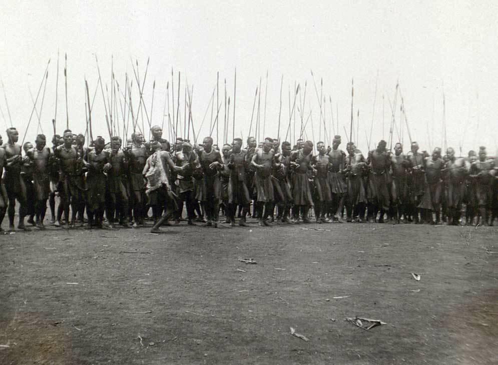 1928. Мужчины племени бонго исполняют ритуальные танцы