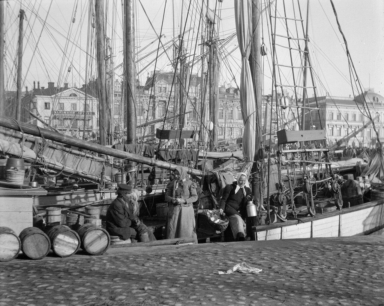 Баржи у Рыночной площади в 1906 году. Традиционно здесь происходила торговля сельдью в первую неделю октября.