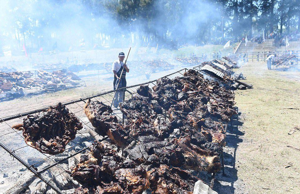 Самое большое барбекю: более 16 тонн говядины приготовили на гриле в Уругвае