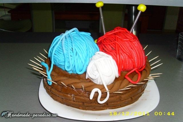 Торт из марципана с пряжей и спицами