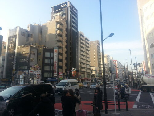 Наш отель в Нарите назывался APA Hotel, но представитель этой сети в Токио на картинке значительно дороже. Мой отель находится напротив