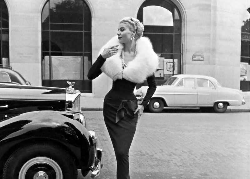 Классическая элегантность Dior: изысканные модели 1940-1960-х годов на улицах Парижа (21 фото)