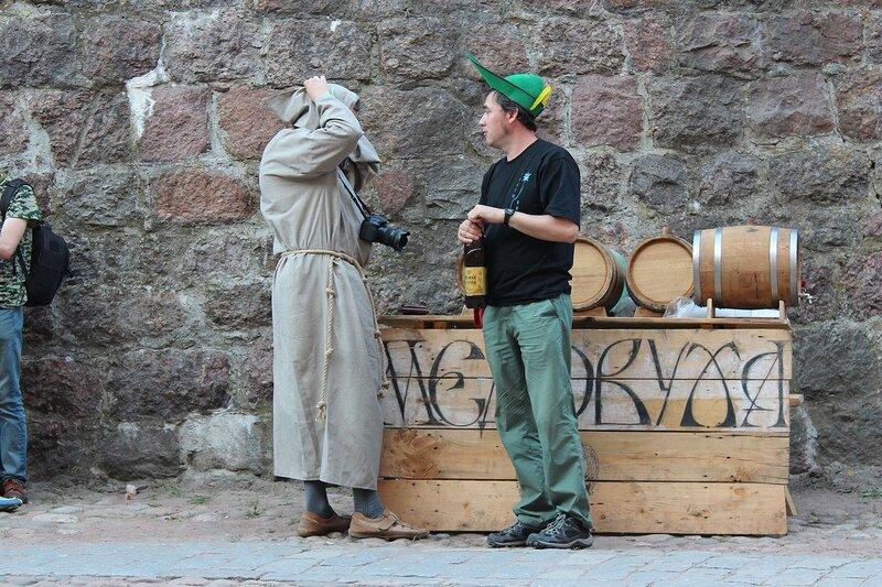 монах с фотоаппаратом и тирольский стрелок с медовухой на фестивале фолка и средневековой культуры «Майское дерево 2014»
