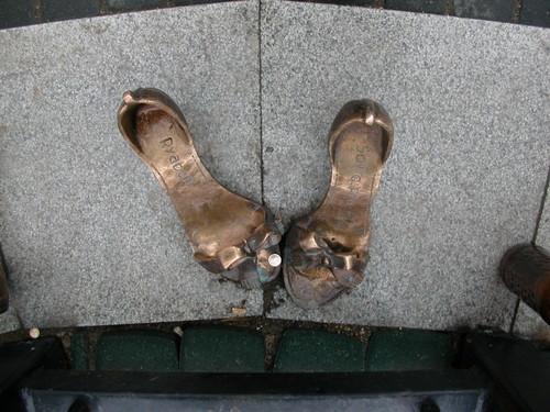 Памятник женским туфлям (Екатеринбург)