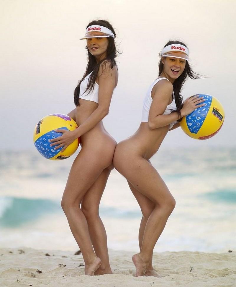 Женский пляжный волейбол голяком — 10