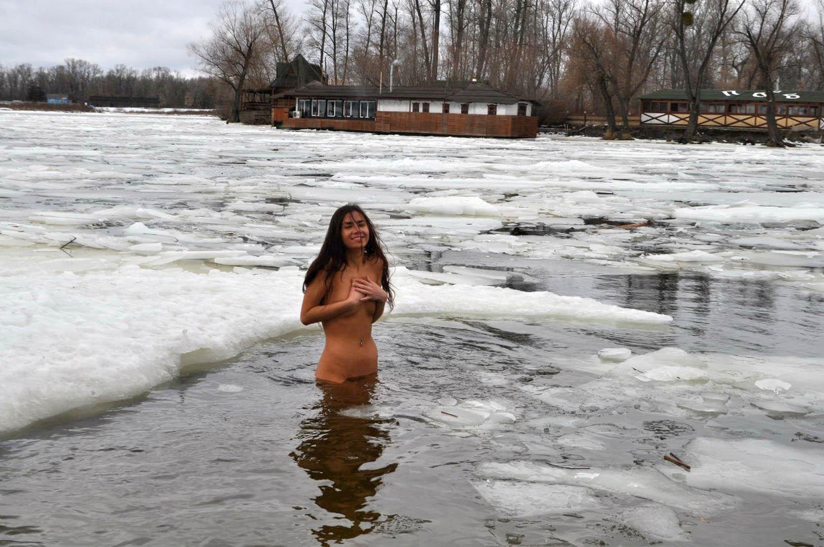 Фото голых девушек купающихся в проруби 16 фотография