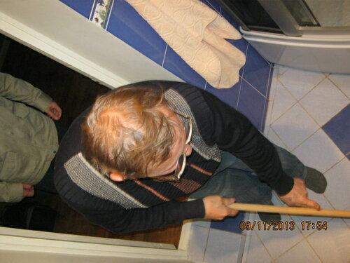 После успешных испытаний главный инженер проекта снял каску, вооружился шваброй и навёл в ванной порядок.