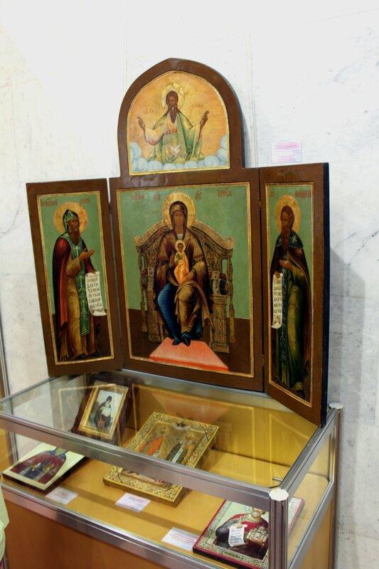 Один из стендов выставки икон