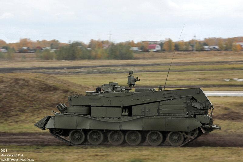 Ещё одна разработка КБТМ - бронированная ремонтно-эвакуационная машина БРЭМ-80, на базе, соответственно, Т-80У