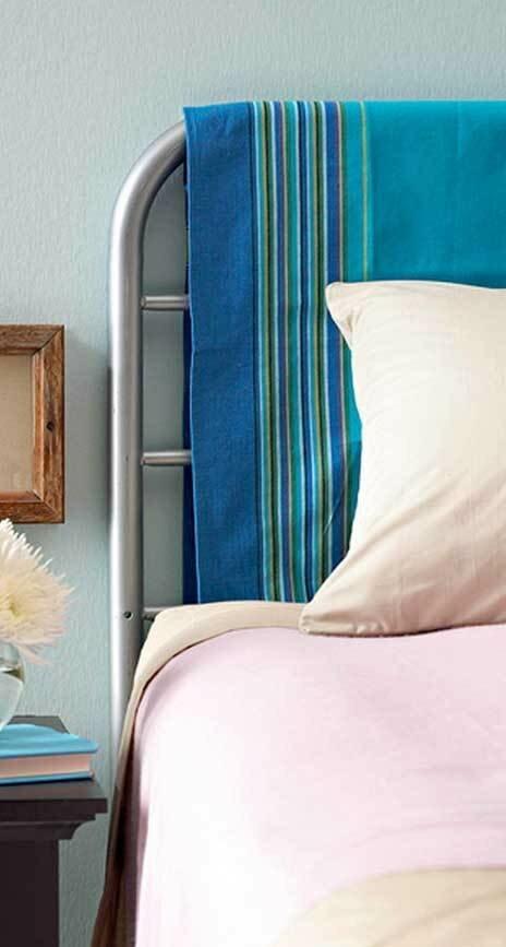 Изголовье кровати и вешалка: оригинально